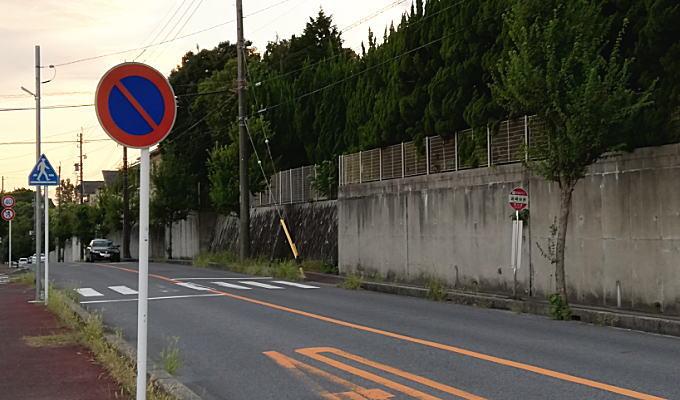 バス停付近の横断歩道