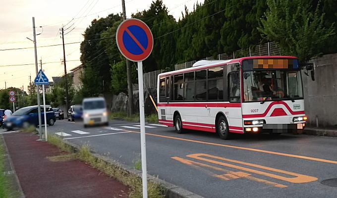 バスが停車し乗客が下車