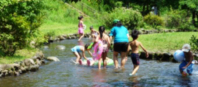 家族での川遊び